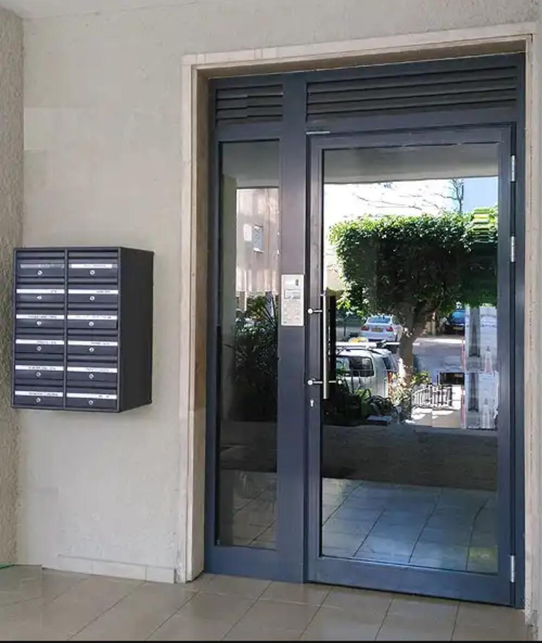 ויטרינה כוללת דלת כניסה ותיבות דואר